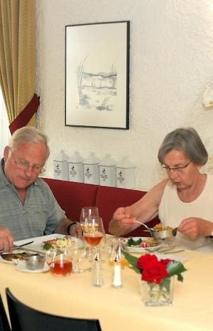 Restaurant Roesslestube Landgasthof Rössle Waldenbuch Roesslestube Tischszene